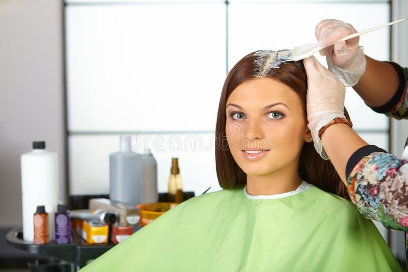 Włosiany salon. Zastosowanie kosmetyki. obrazy stock