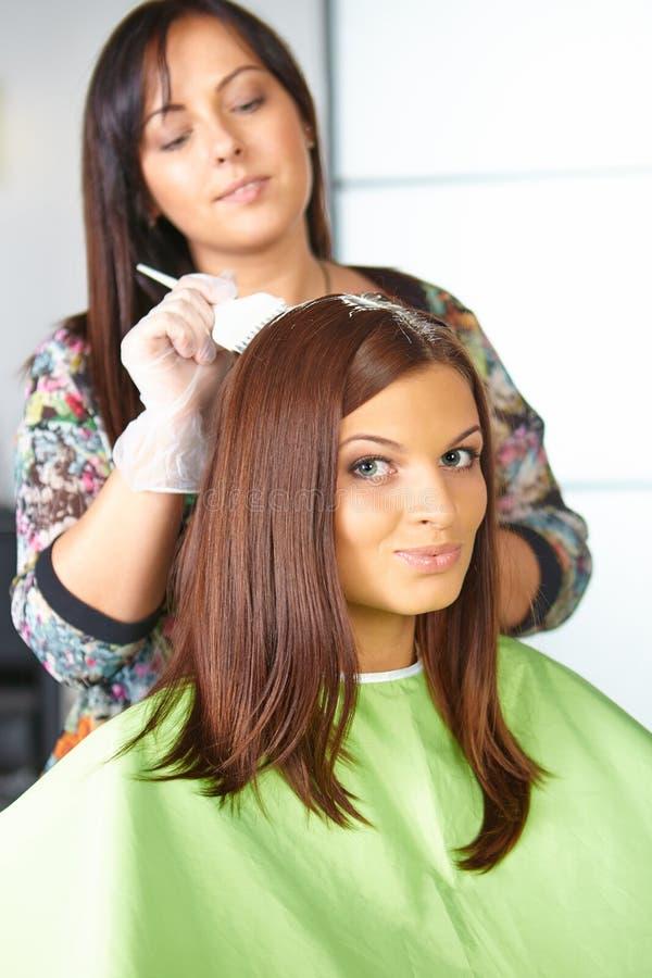 Włosiany salon. Zastosowanie kosmetyki. obraz stock