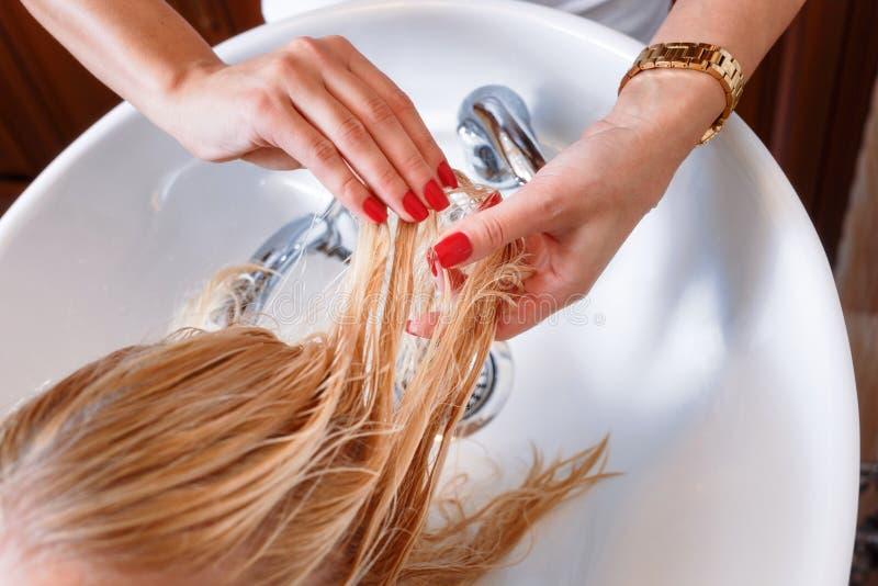 Włosiany stylista przy praca fryzjerem fotografia royalty free
