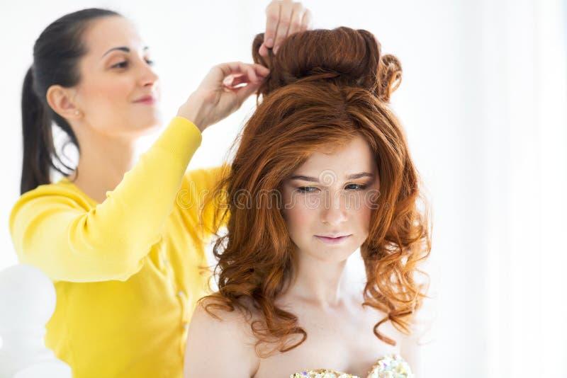 Włosiany stylista robi panny młodej obraz royalty free