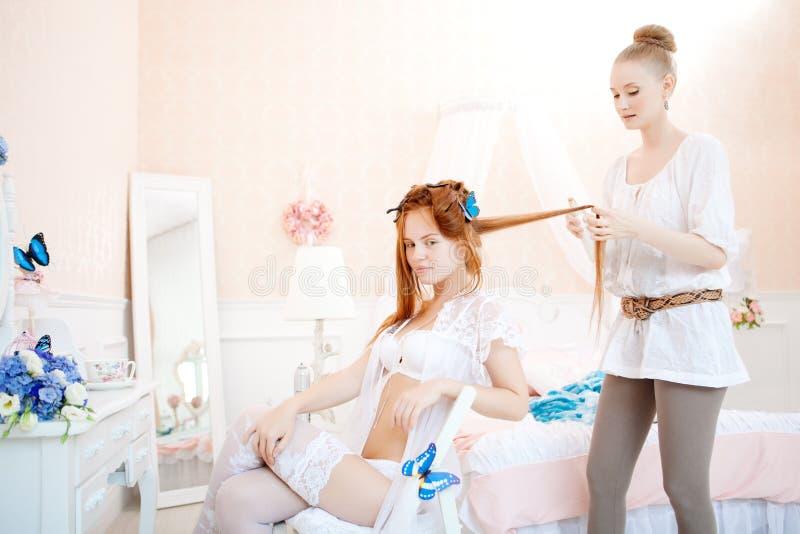 Włosiany stylista robi panny młodej przed ślubem obrazy royalty free