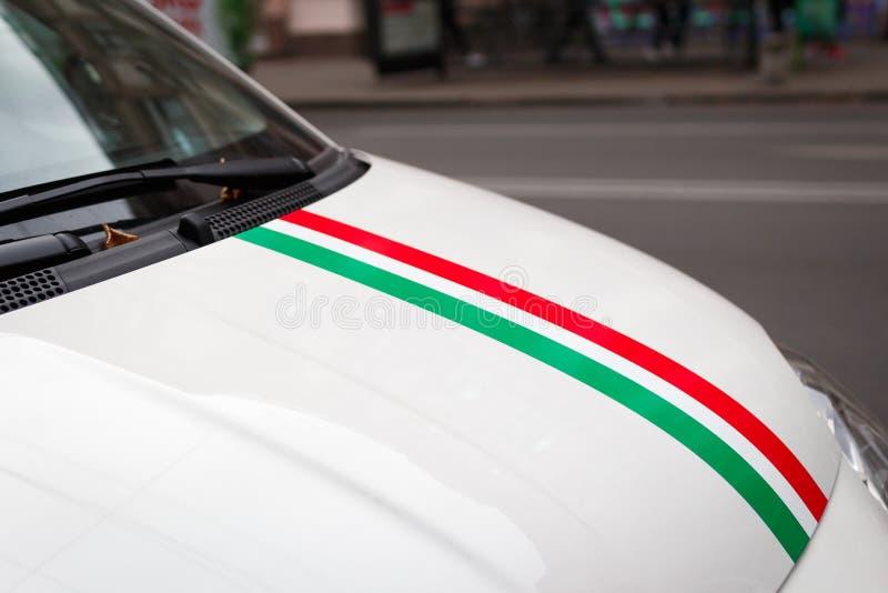 Włoska flaga na masce silnika białego samochodu fotografia royalty free