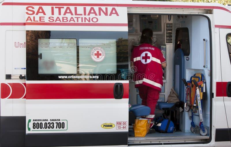 Włoska karetka Czerwony Krzyż z pielęgniarką Boczny widok obraz stock