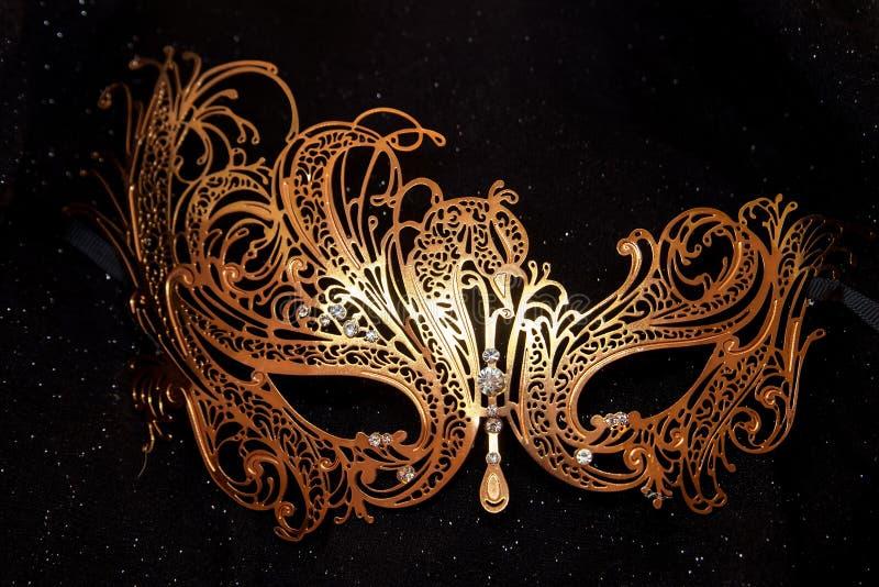 Włoska karnawałowa venetian złota maska Tajemniczy wydarzenie, przyjęcie zdjęcie royalty free