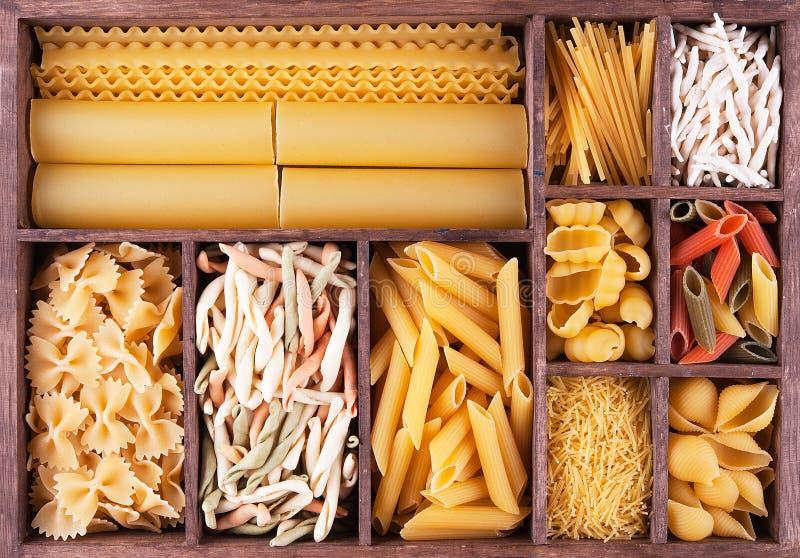 Włoska makaron kolekcja w drewnianym pudełku zdjęcie royalty free