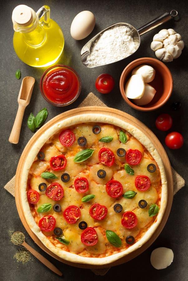 Włoska pizza przy starą powierzchnią zdjęcie stock