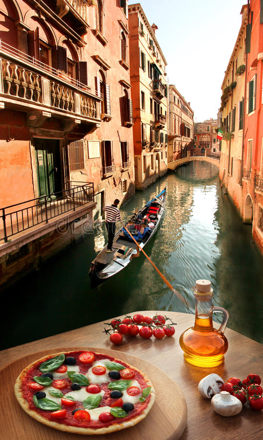 Włoska pizza w Wenecja przeciw kanałowi, Włochy fotografia stock