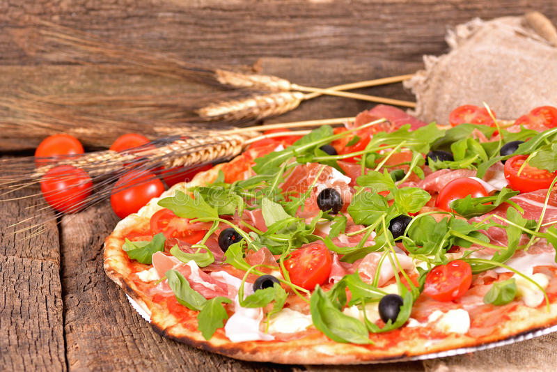 Włoska pizza z baleronem, mozzarellą i arugula, fotografia royalty free