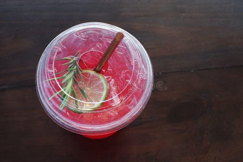 Włoska soda z wapnem w plastikowym szkle obrazy stock
