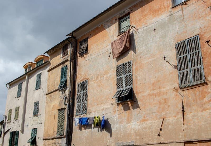 Włoska ulica i kultury odzieżowy obwieszenie w słońcu obraz stock