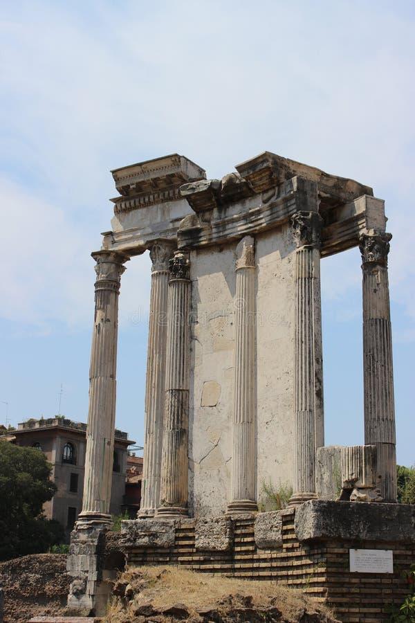 Włoski antyczny punkt zwrotny: dziejowy zabytek - kolumny Romański forum, obraz royalty free