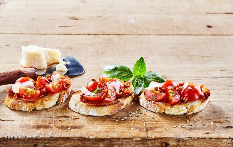 Włoski bruschetta z pomidorem i parmigiana fotografia royalty free