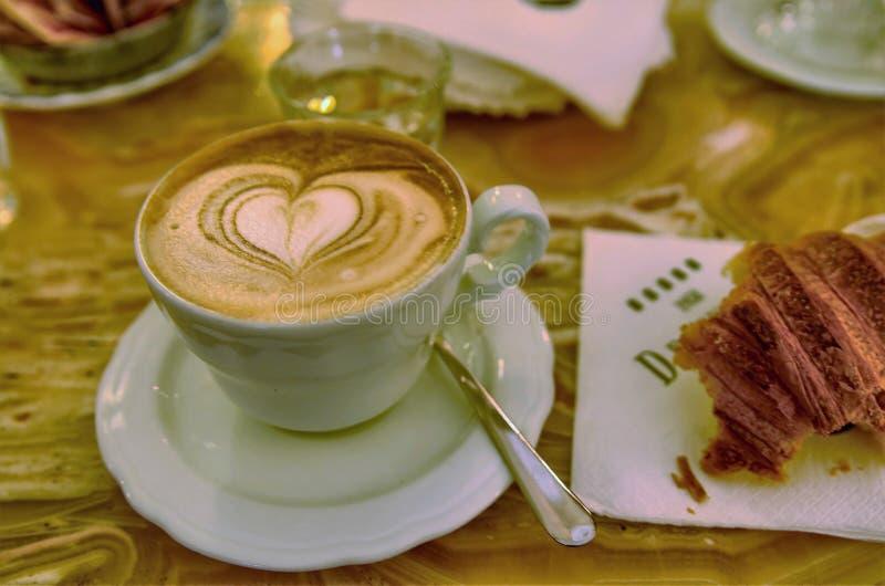 Włoski cappuccino i croissants zdjęcie stock