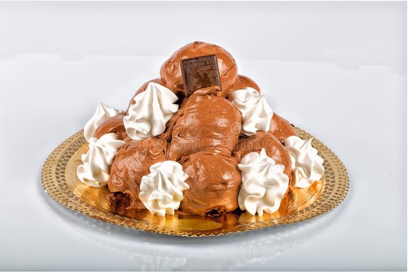 Włoski ciasto: czekoladowi profiteroles obraz stock
