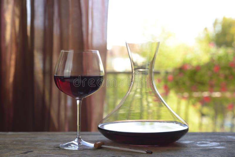 Włoski czerwone wino w czara z dekantatorem na naturalnym tle zdjęcia royalty free