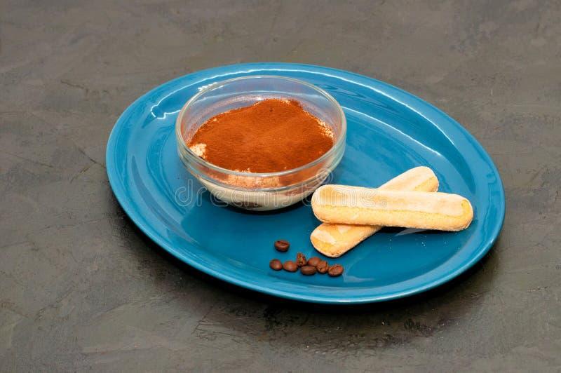 Włoski deser Tiramisu z kakao i sawoyardi w szklanych miseczkach zdjęcia royalty free
