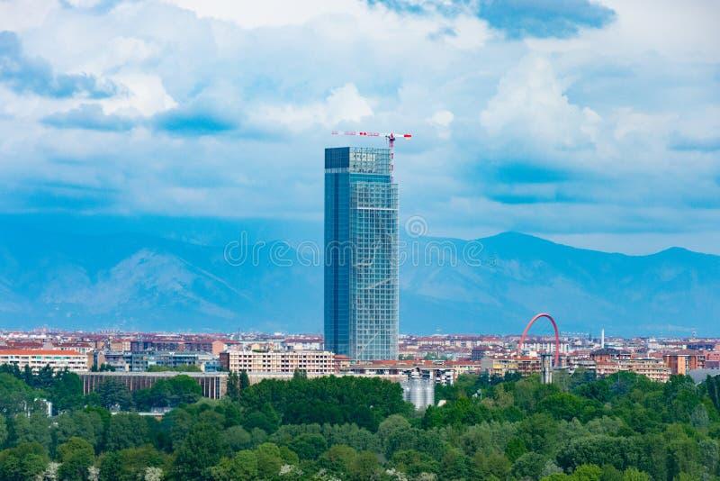 Włoski drapacz chmur między miastem i drewnem obrazy royalty free