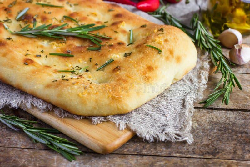 Włoski focaccia chleb z rozmarynami i czosnkiem fotografia royalty free