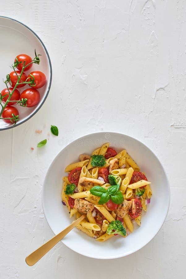 Włoski jedzenie: Fusilli makaronu sałatka z włoskim opatrunkiem zdjęcia stock