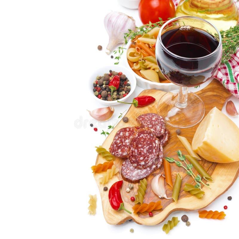 Włoski jedzenie ser, kiełbasa, makaron, pikantność i wino odizolowywający -, obraz royalty free