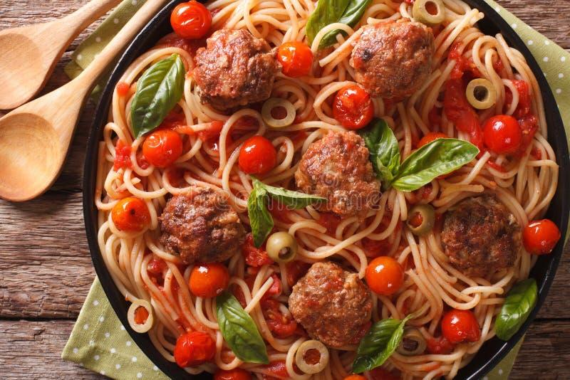 Włoski jedzenie: spaghetti z klopsikami i pomidorowego kumberlandu zbliżeniem obrazy royalty free