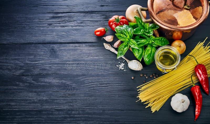 Włoski karmowego przygotowania makaron na drewnianej desce w stylowym copyspace fotografia stock