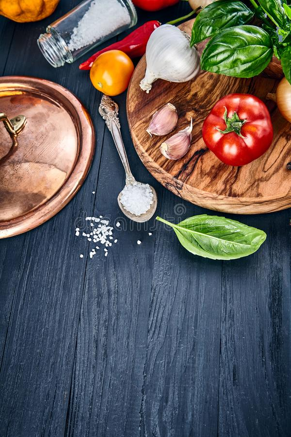 Włoski karmowy odgórnego widoku basilu pomidor obrazy stock