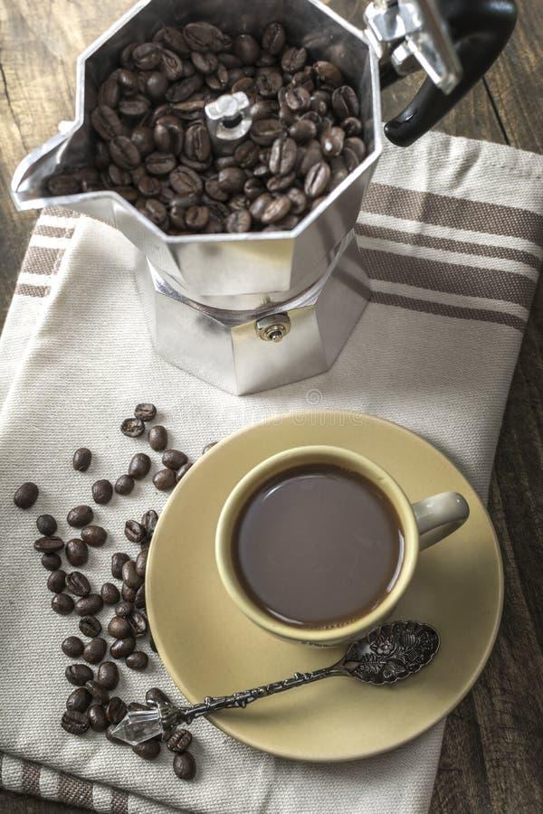 Włoski kawowego producenta garnek wypełniał z kawowymi fasolami fotografia royalty free