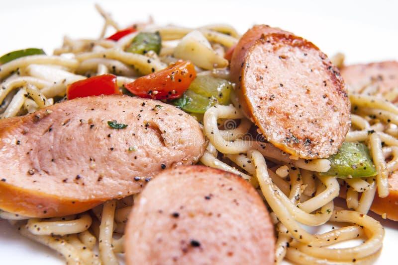 Włoski Kiełbasiany spaghetti przepis z talerzem na białym tle. obraz stock