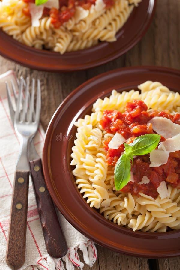 Włoski klasyczny makaronu fusilli z pomidorowym kumberlandem i basilem fotografia royalty free
