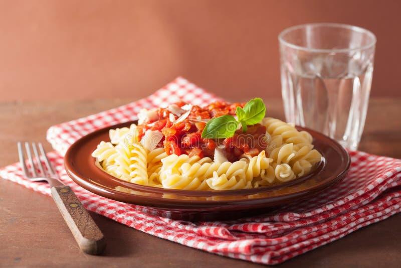 Włoski klasyczny makaronu fusilli z pomidorowym kumberlandem i basilem zdjęcie stock