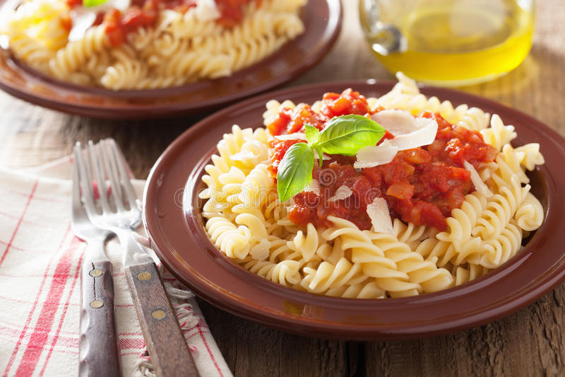 Włoski klasyczny makaronu fusilli z pomidorowym kumberlandem i basilem zdjęcia royalty free