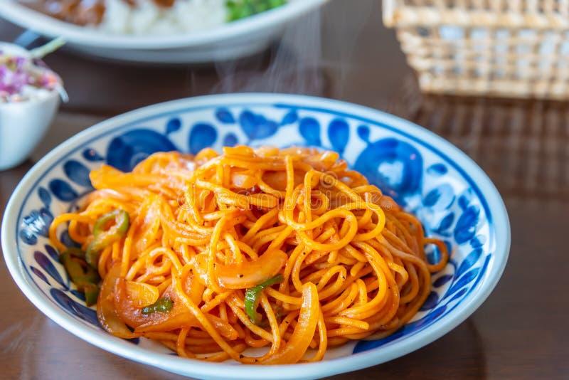 Włoski kluski spaghetti makaron z pomidorowym kumberlandem słuzyć w pięknym talerzu obrazy stock