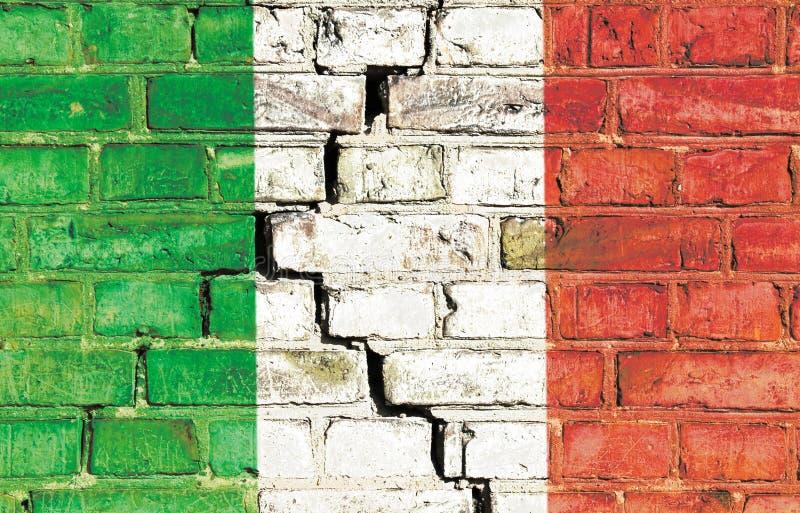 Włoski kryzysu pojęcia wizerunek: Włochy flaga państowowa malował na krakingowym grungy ściana z cegieł zdjęcie stock