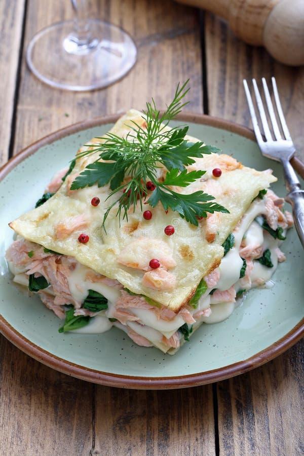 Włoski lasagna z łososiem i szpinakiem fotografia stock