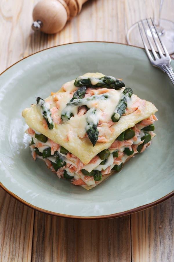 Włoski lasagna z szparagowym łososiem i besciamella serem obrazy stock