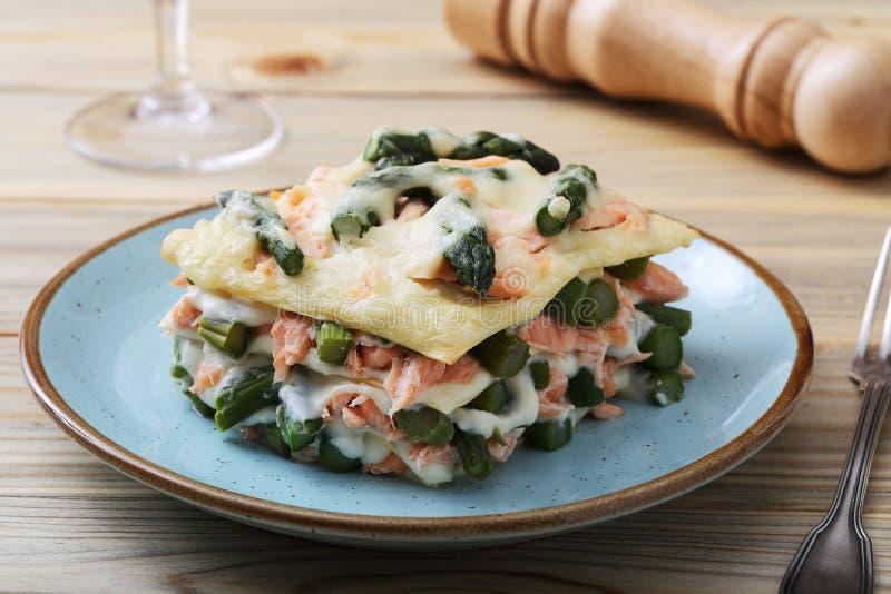 Włoski lasagna z szparagowym łososiem i besciamella serem zdjęcia royalty free