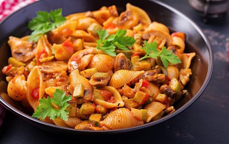 Włoski makaron łuska z pieczarkami, zucchini i pomidorowym kumberlandem, zdjęcia stock