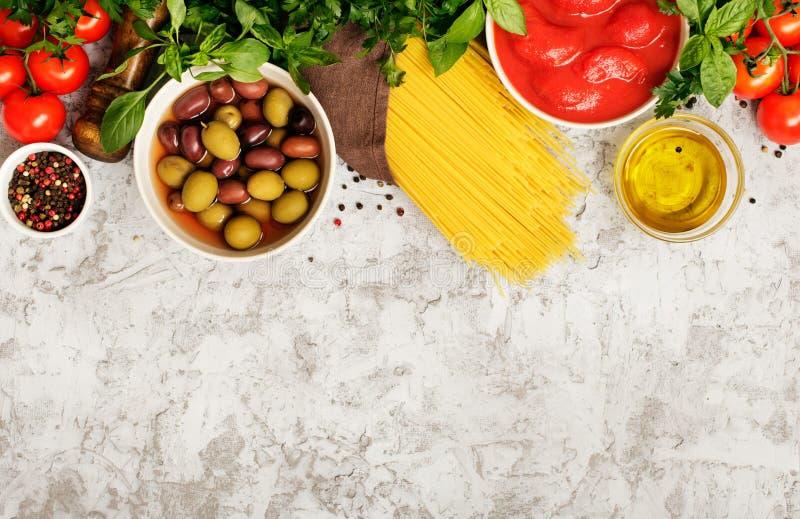 Włoski makaron surowy z składnikami dla kulinarnego makaronu obraz royalty free
