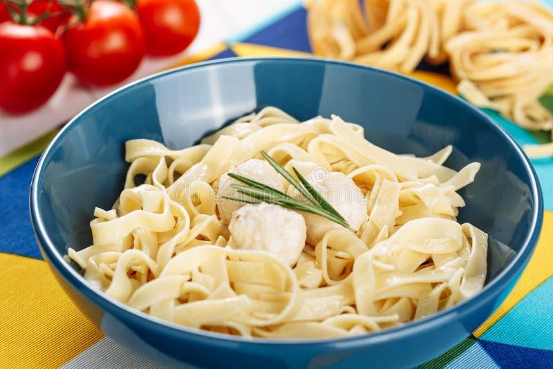 Włoski makaron z klopsika dziecka Obiadową kuchnią zdjęcie royalty free