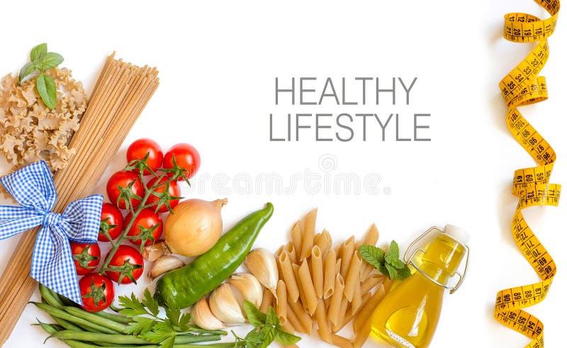 Włoski makaron z pomidorami, fasolki szparagowe, cebula, czosnek, ziele a zdjęcia royalty free