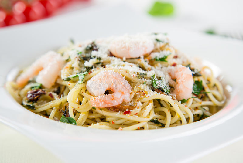 Download Włoski Makaronu Aglio Olio Z Denną Owoc Zdjęcie Stock - Obraz złożonej z lunch, wołowina: 57652888