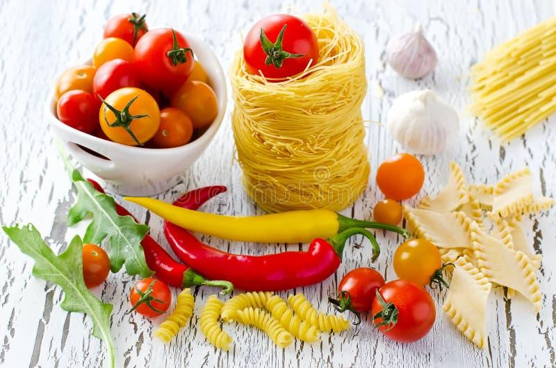 Download Włoski Makaronu Gniazdeczko Z Czereśniowymi Pomidorami, Chili I Rucola, Obraz Stock - Obraz złożonej z organicznie, kultura: 57662019