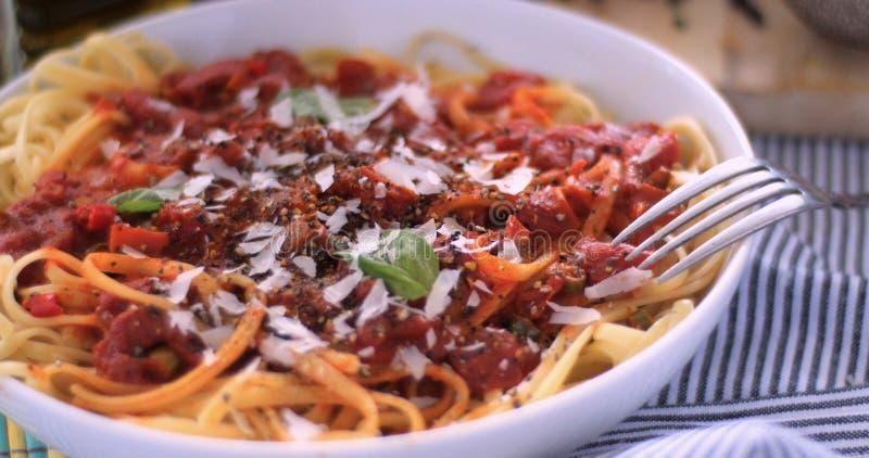Włoski makaronu spaghetti, linguine z pomidorowym kumberlandem fotografia royalty free