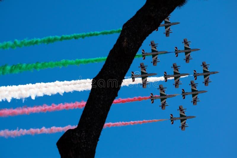 Włoski militarny lotniczy patrol Frecce Tricolori wykonuje podczas republika dnia na Czerwcu 2 w Rzym zdjęcia stock
