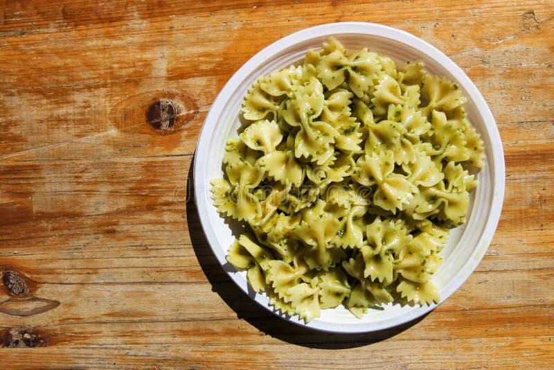 Włoski naczynie makaronu al pesto na drewnianym stole (motyle) obrazy stock