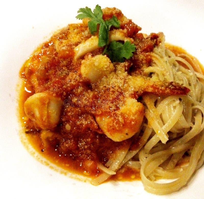 Włoski owoce morza Fettuccine makaronu naczynie na białym pucharu tle obraz stock
