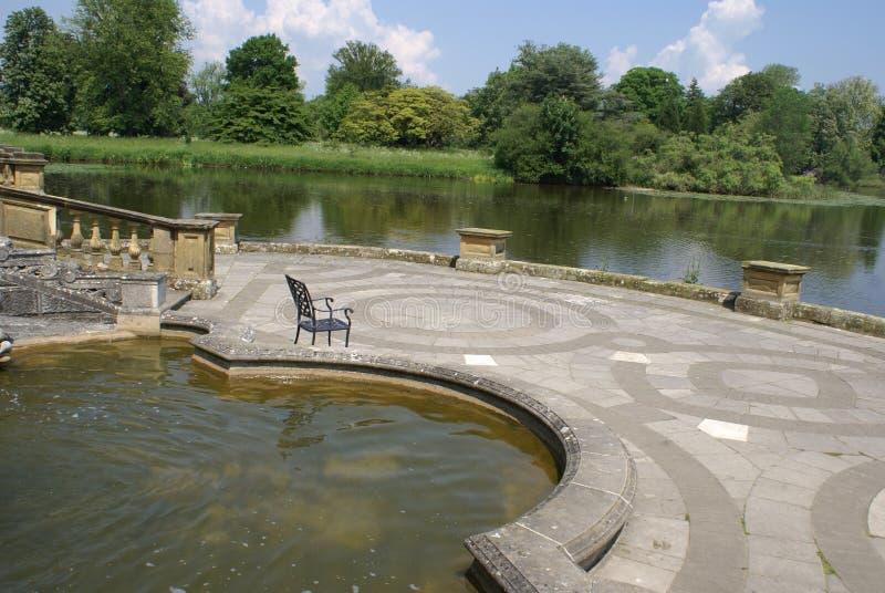 Włoski patio przy brzeg jeziora, Hever kasztelu ogród w Kent, Anglia obraz royalty free