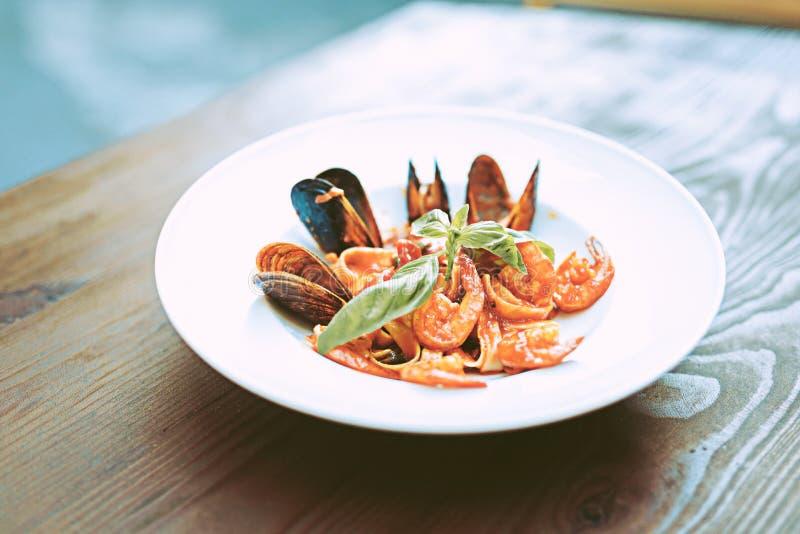 Włoski posiłek z pomidorowym kumberlandem i owoce morza umieszczającymi na głębokim talerzu obraz royalty free