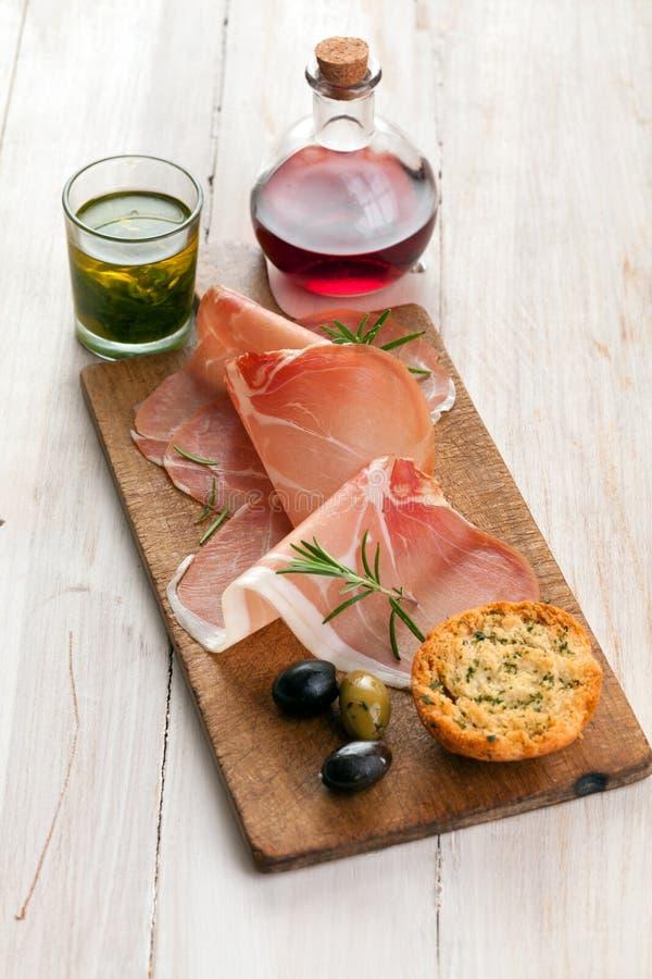 Włoski prosciutto baleron z oliwkami i chlebem zdjęcia royalty free